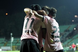 SIENA, ITALY - OCTOBER 21:  Abel Hernandez (L) of US Citta di Palermo celebrates with team-mates after scoring a goal during the Serie B match between AC Siena and US Citta di Palermo at Artemio Franchi - Mps Arena on October 21, 2013 in Siena, Italy.  (Photo by Gabriele Maltinti/Getty Images)